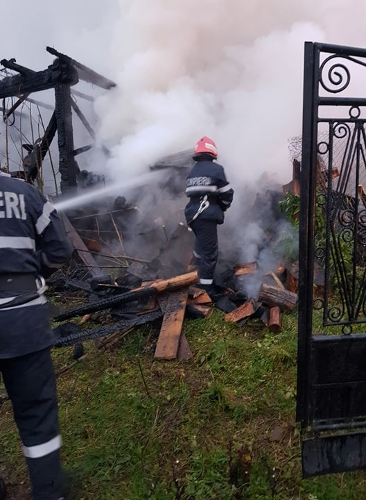 FOTO: Incendiu la Ilva Mare. Arde o hală și flăcările s-au extins și la alte anexe gospodărești