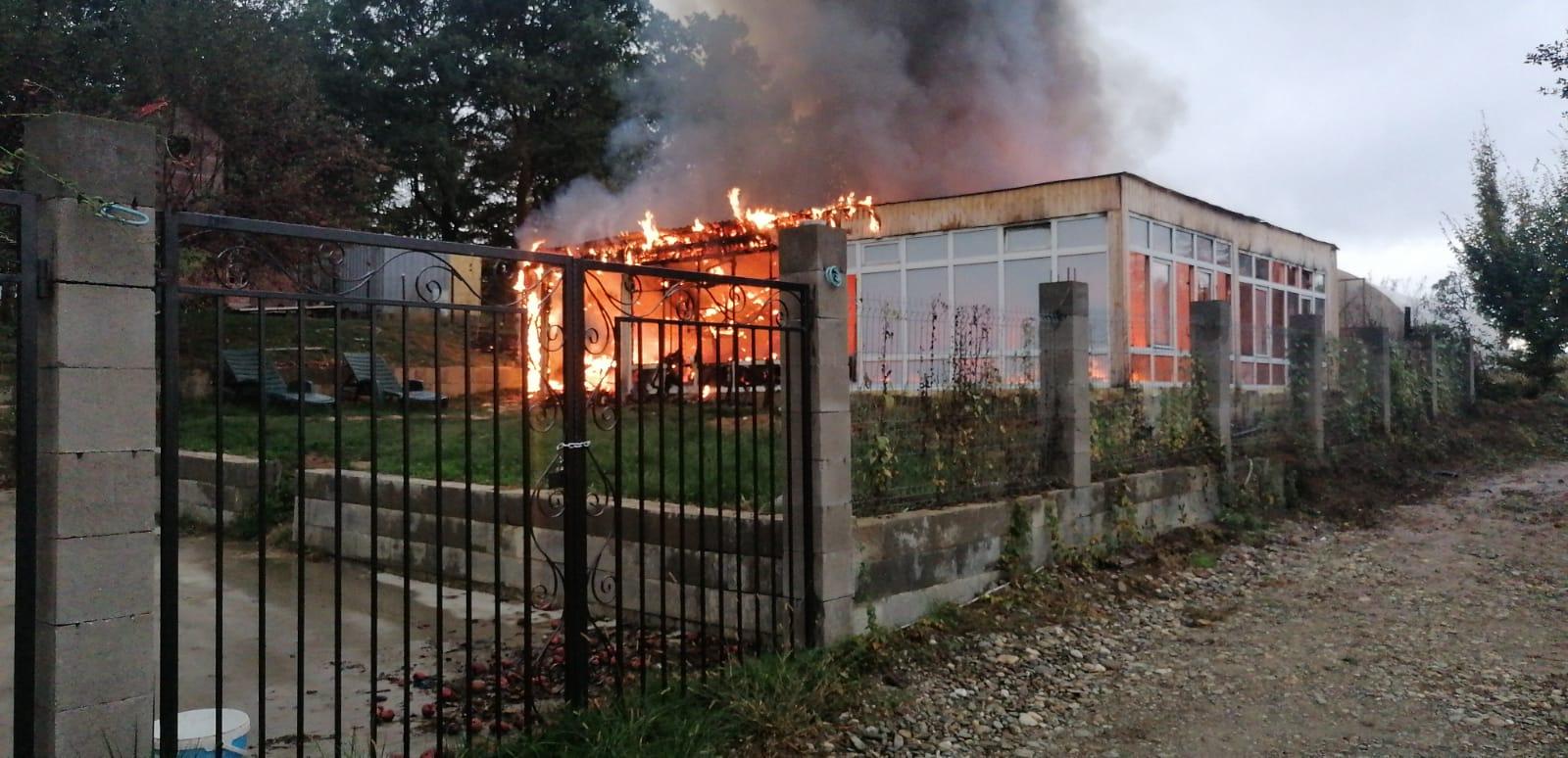 Anexa unei cabane din Bistrița a fost distrusă într-un incendiu