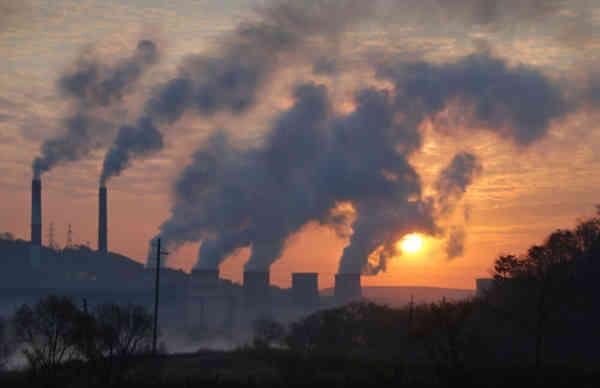 Te poți pensiona mai repede dacă ai locuit în zone de poluare. Ce bistrițeni sunt vizați de propunerea legislativă