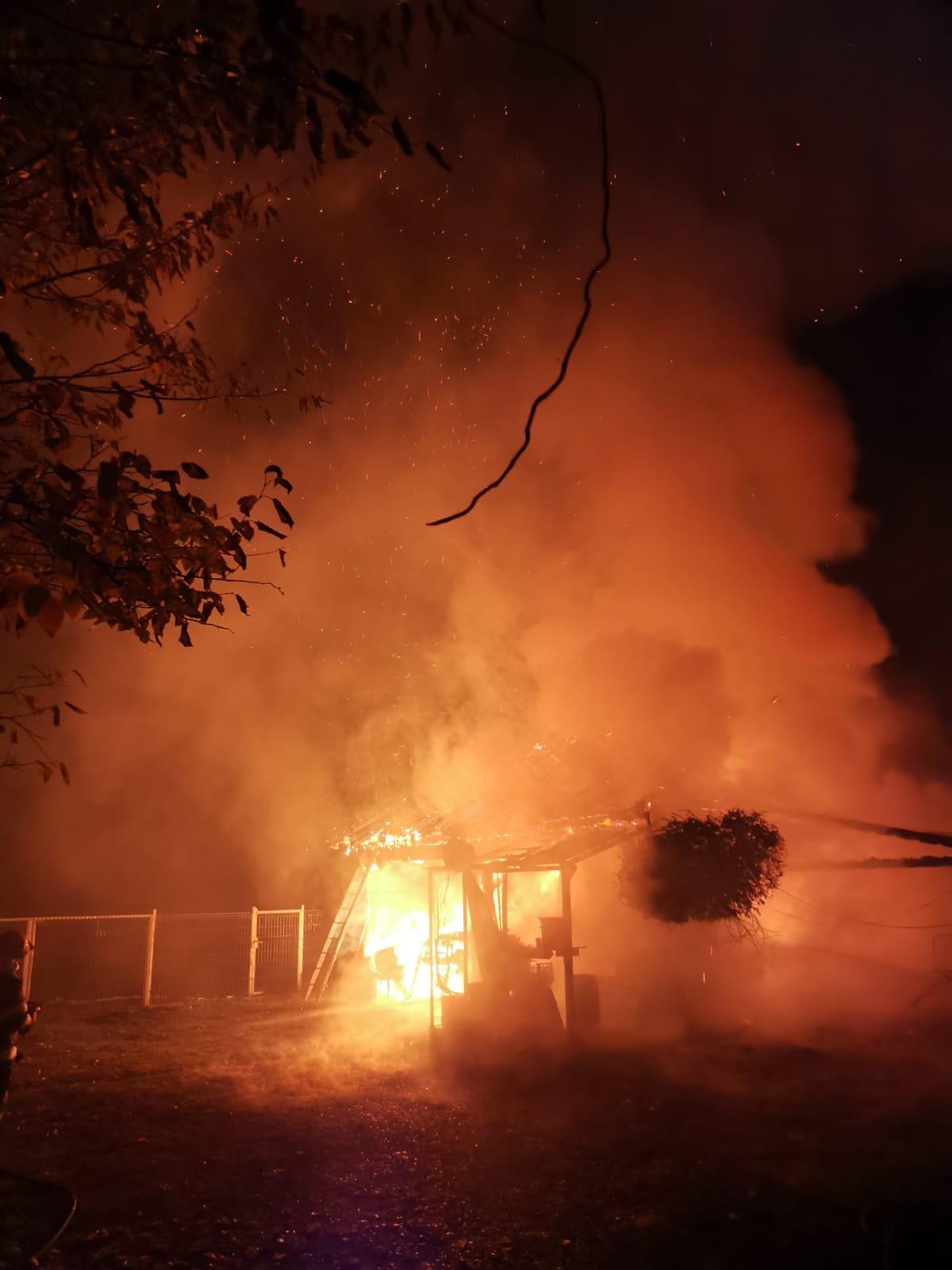 Bărbat din Vermeș, reținut de polițiști după ce ar fi incendiat casa unui consătean