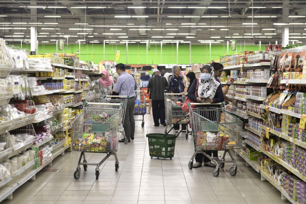Supermarketurile care permit clienților să se îmbulzească la cumpărături, luate în vizor de Instituția Prefectului