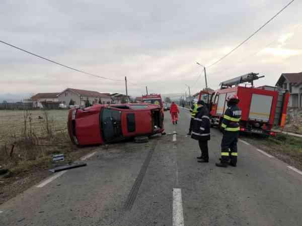 FOTO: Mașină răsturnată la Orheiu Bistriței; o victimă încarcerată