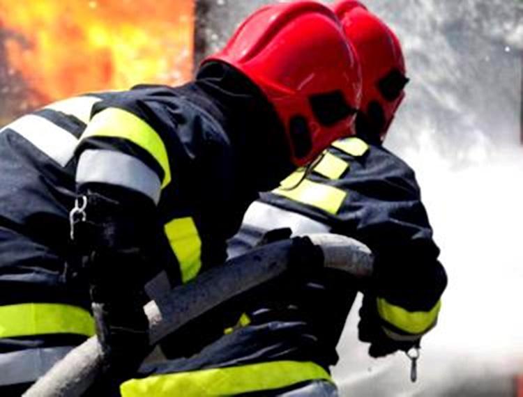 Incendiu la o casă din Cristeștii Ciceului, produs după explozia unei centrale termice