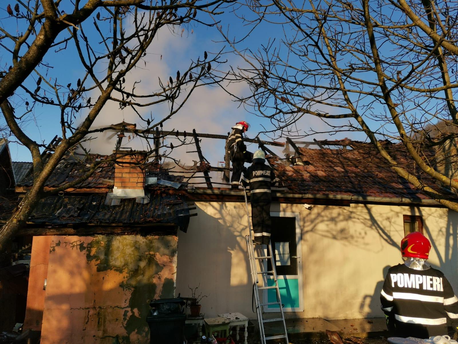 FOTO/VIDEO: Incendiu în localitatea Chiraleș; acoperișul unui imobil în care funcționa un magazin a fost cuprins de flăcări