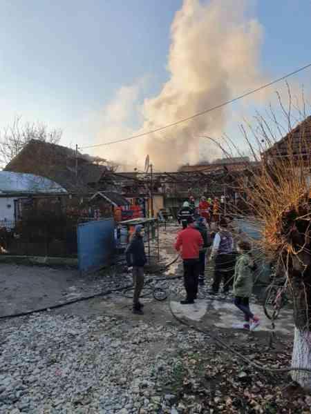 FOTO: Acoperișul unui imobil din Chiraleș, cuprins de flăcări