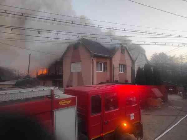 FOTO: Incendiu în Ilva Mică; flăcările au cuprins două case
