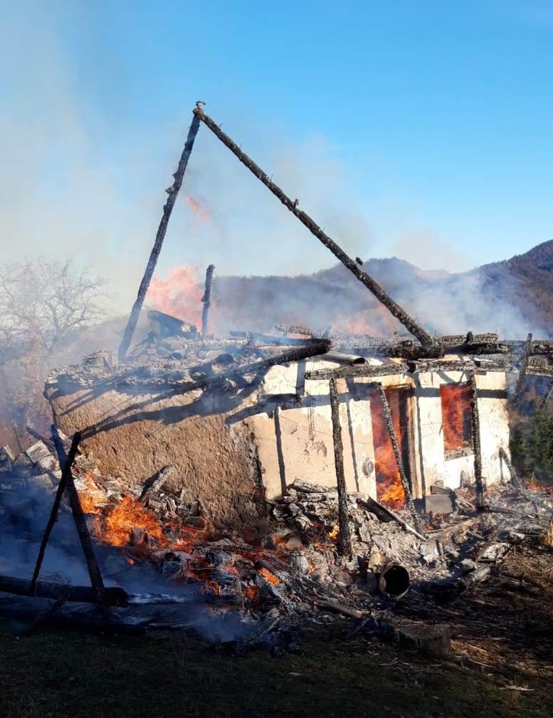 O bătrânică a decedat într-un incendiu care a cuprins o casă din Dealul Ștefăniței
