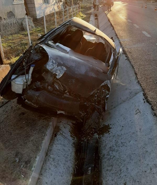 Bărbat din Bistrița, rănit după ce mașina pe care o conducea s-a izbit de un cap de pod (FOTO)