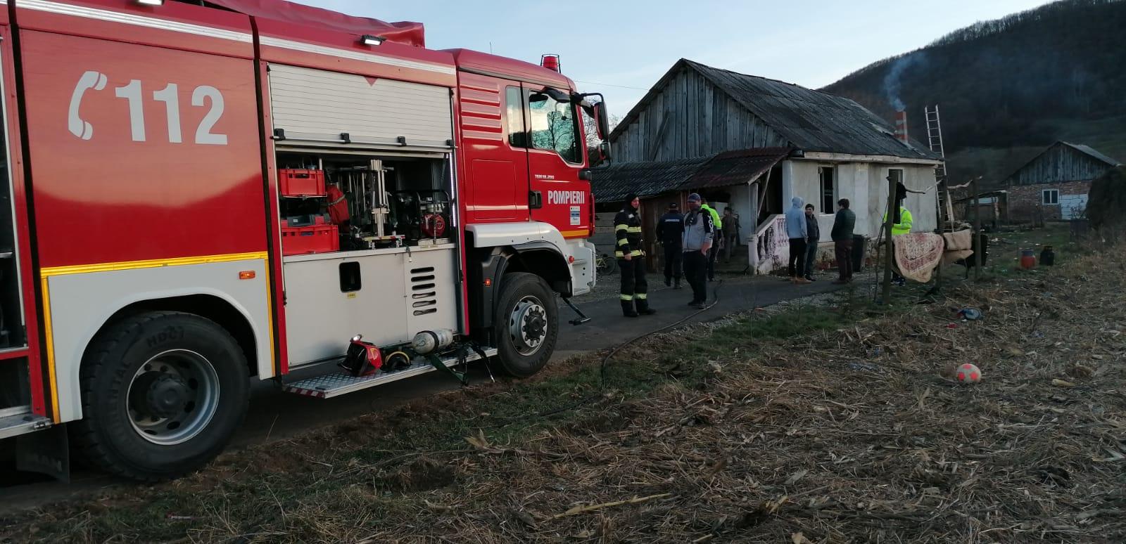 FOTO: Un incendiu a izbucnit într-o casă în care se aflau trei copii, pe raza localității Dobric
