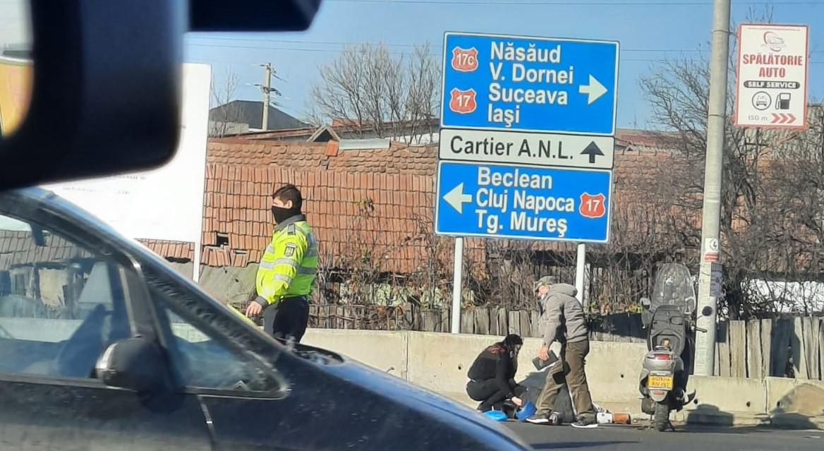 FOTO: Femeie de 60 de ani lovită de o mașină în timp ce era pe un moped
