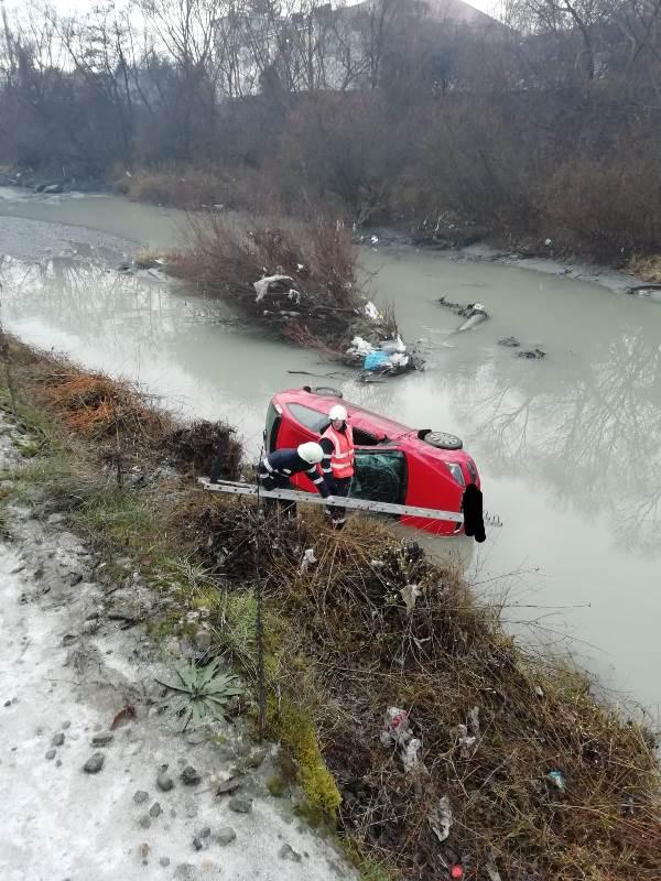 Accident în zona Codrișor din Bistrița; o mașină s-a răsturnat în albia râului Bistrița (FOTO)