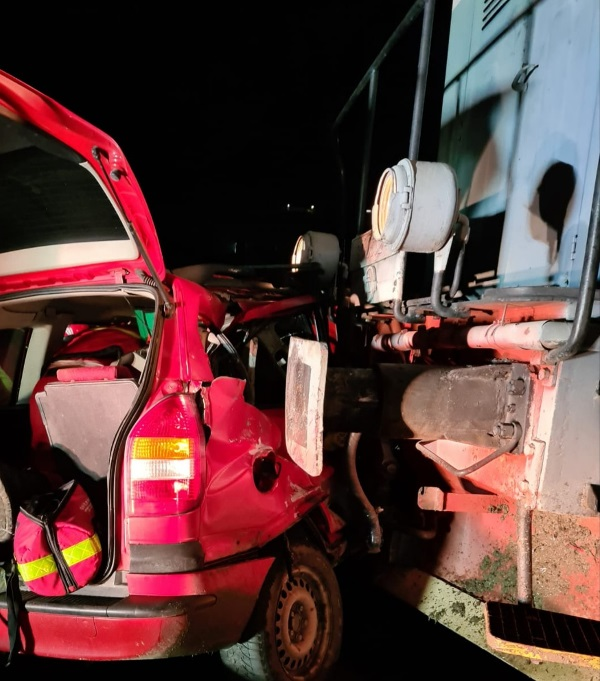 Tragedie la Rebrișoara! Un bărbat a decedat și doi copii sunt grav răniți, după ce mașina în care se aflau a fost lovită de un tren marfar (FOTO)