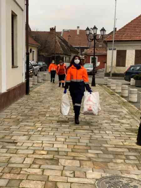 Angajații Serviciului de Ambulanță au dus cadouri la copiii și vârstnicii din două centre din Bistrița