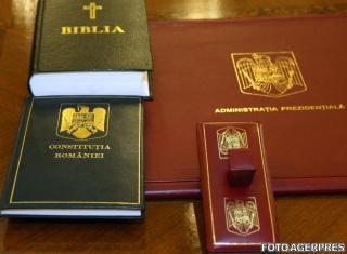 Cîțu și unul dintre vicepremieri au uitat să jure cu mâna pe Biblie