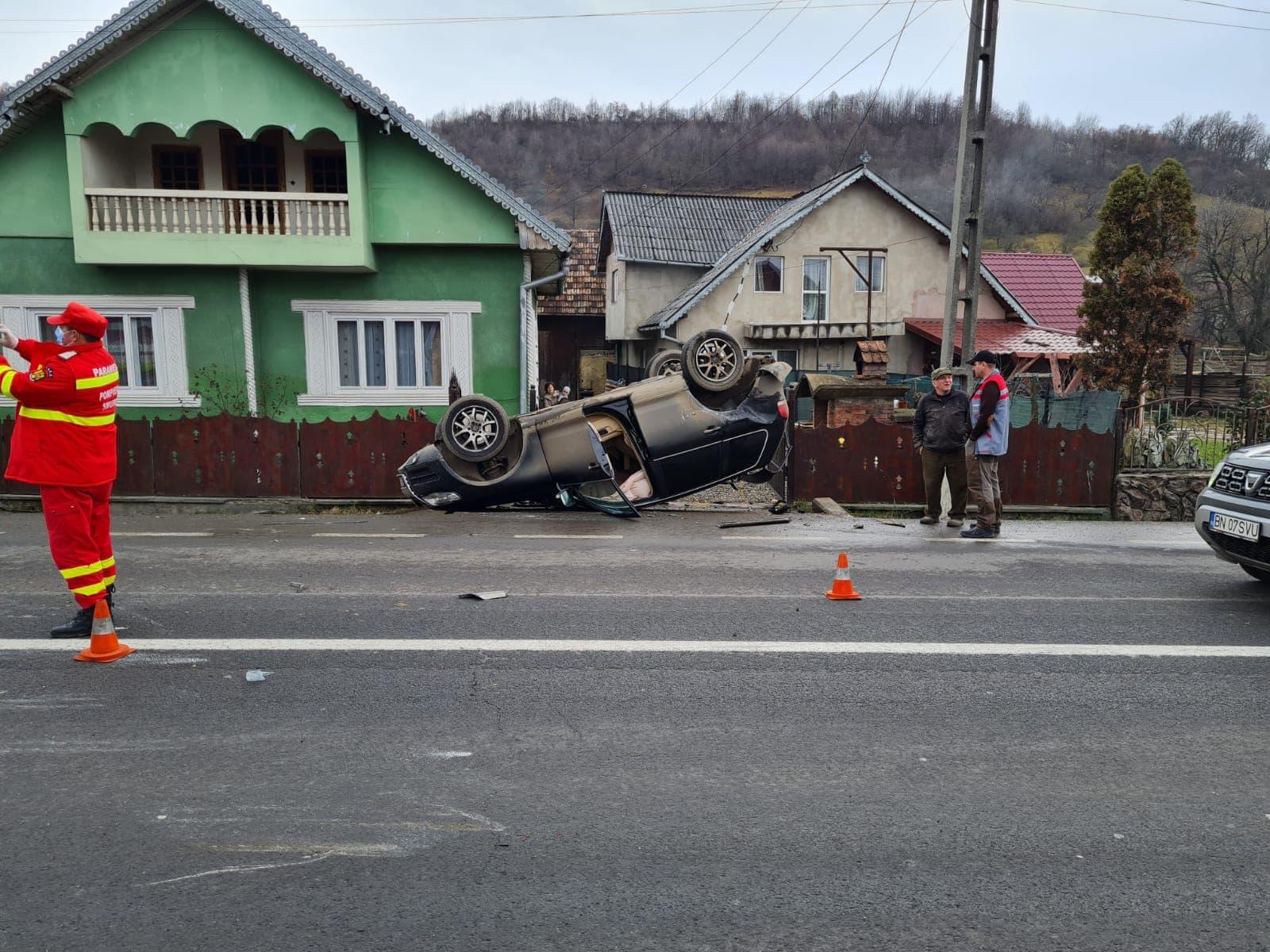 FOTO- Accident pe DN 17: A făcut praf două mașini, una ajungând cu roțile-n sus