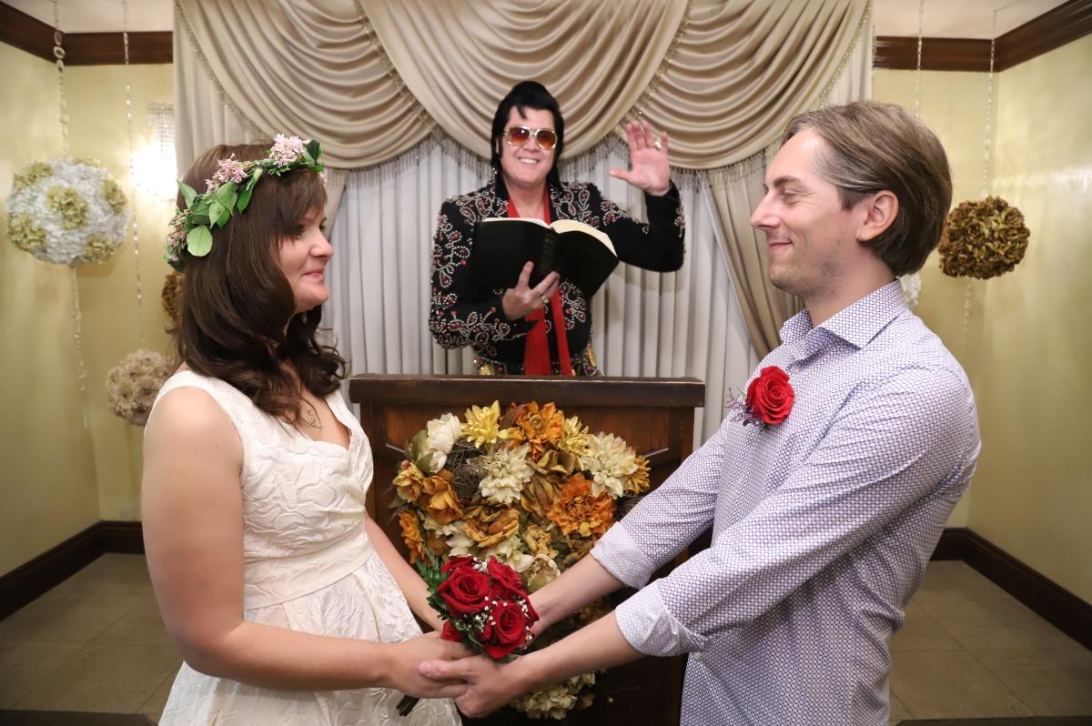 Cum se poate legaliza în România ceremonia oficiată de Elvis în Las Vegas