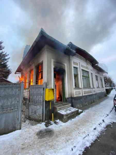 FOTO: Șapte persoane au fost salvate de jandarmi și pompieri dintr-o casă cuprinsă de flăcări, în Bistrița
