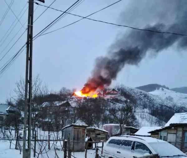 FOTO: Incendiu violent în Viile Tecii! Au ars acoperișurile a două case