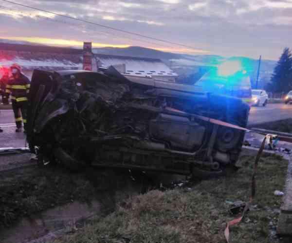 FOTO: Autoturism, răsturnat în Galații Bistriței! Un bărbat din Teaca a suferit leziuni multiple și a ajuns la spital