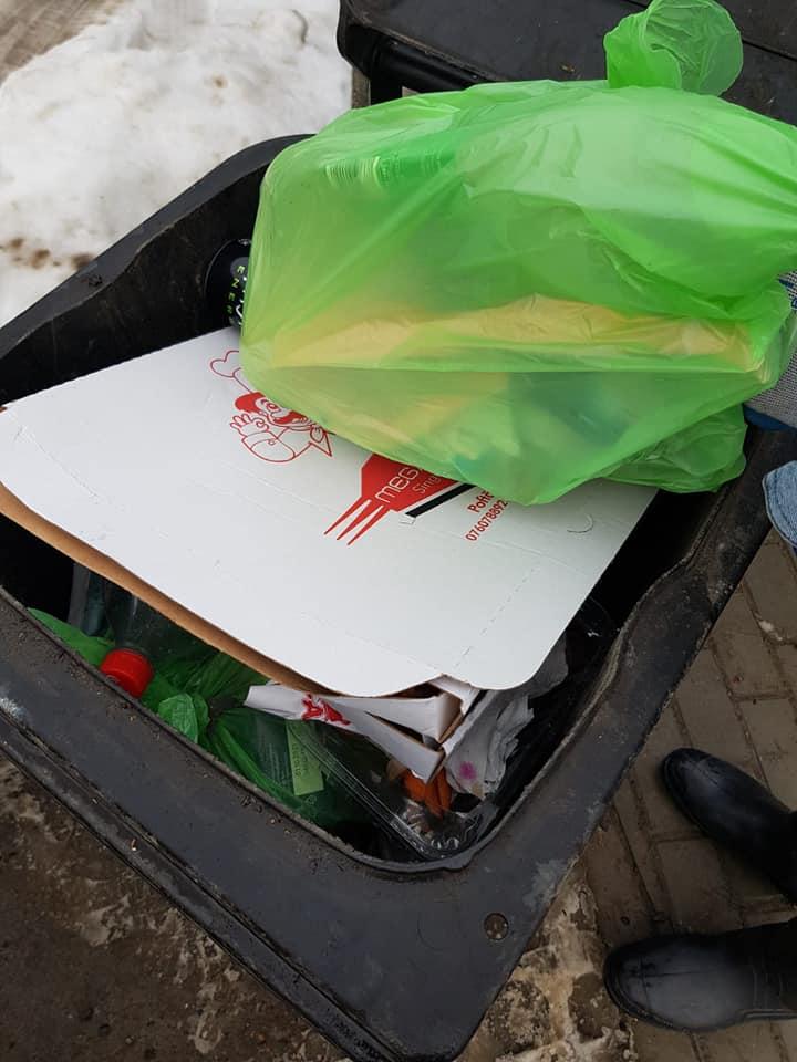 Traian Ogâgău ia la puricat gunoaiele, la Sângeorz-Băi. Cine nu selectează deșeurile rămâne cu ele la poartă