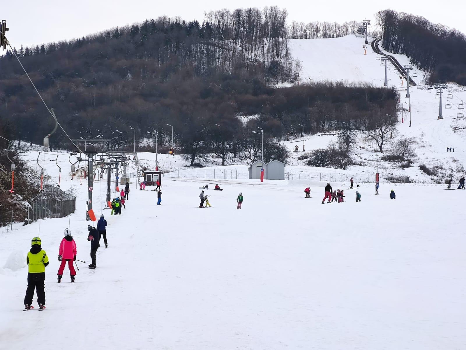 Gata cu distracția! Condițiile meteo nu mai permit funcționarea pârtiei de schi